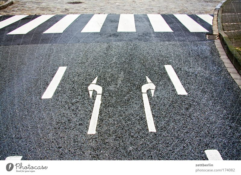 Rechts oder links? Straße Straßenverkehr Fahrbahn Fahrbahnmarkierung Schilder & Markierungen Verkehrsregel Regel Information Asphalt fahren Richtung