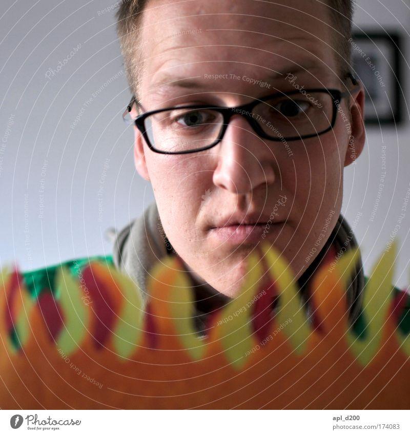 Feuer Farbfoto Innenaufnahme Tag Schwache Tiefenschärfe Porträt Oberkörper Blick nach unten Mensch maskulin Junger Mann Jugendliche Kopf 18-30 Jahre Erwachsene