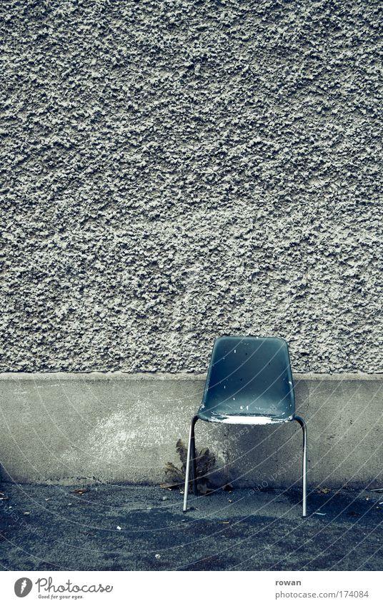 bitte platz nehmen blau Wand Mauer warten leer trist Stuhl Putz Sitz