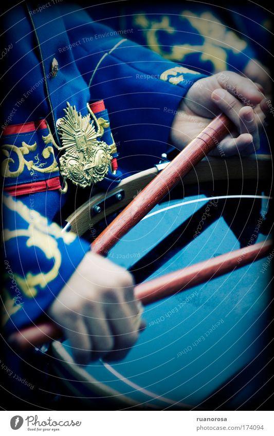 Farbfoto Außenaufnahme Nahaufnahme Detailaufnahme Mensch Kind Junge Arme Hand 1 berühren Bewegung Spielen Hockeyschläger Uniform Schlagzeug Kinderhand Band