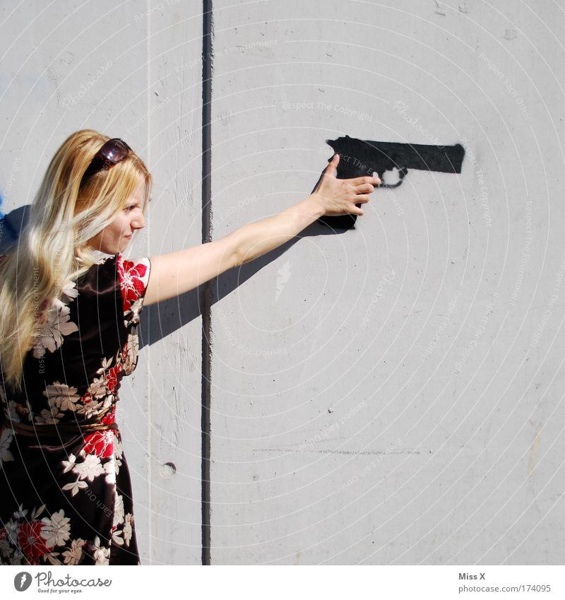 Peng!!!! Farbfoto mehrfarbig Außenaufnahme Textfreiraum rechts Blick nach vorn Junge Frau Jugendliche Erwachsene Arme 1 Mensch 18-30 Jahre Mauer Wand Fassade