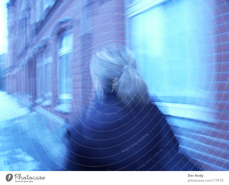 blue girl on the move ... Haus Hannover Unschärfe Fenster Frau Bewegung Mensch blau Straße