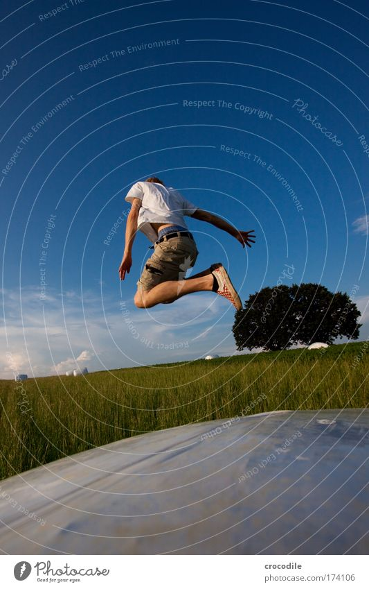 Abflug Farbfoto Außenaufnahme Textfreiraum oben Textfreiraum unten Tag Starke Tiefenschärfe Weitwinkel Rückansicht Wegsehen Mensch maskulin Junger Mann