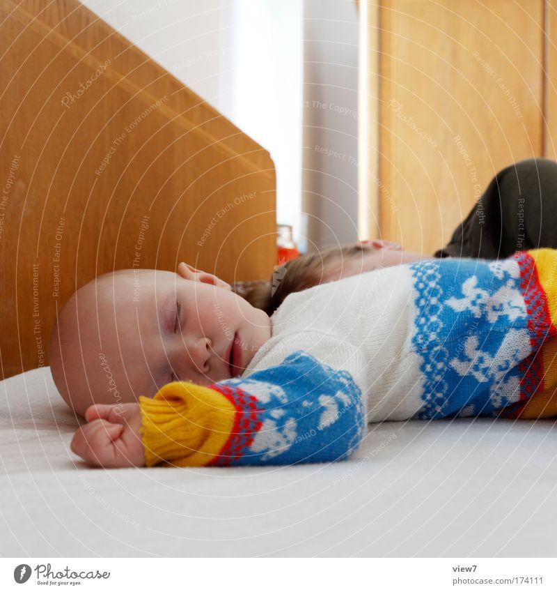 Mittagsschläfchen Mensch Frau Kind schön Mädchen Gesicht Erwachsene Auge Kopf träumen Familie & Verwandtschaft Innenarchitektur Zusammensein Zufriedenheit Baby