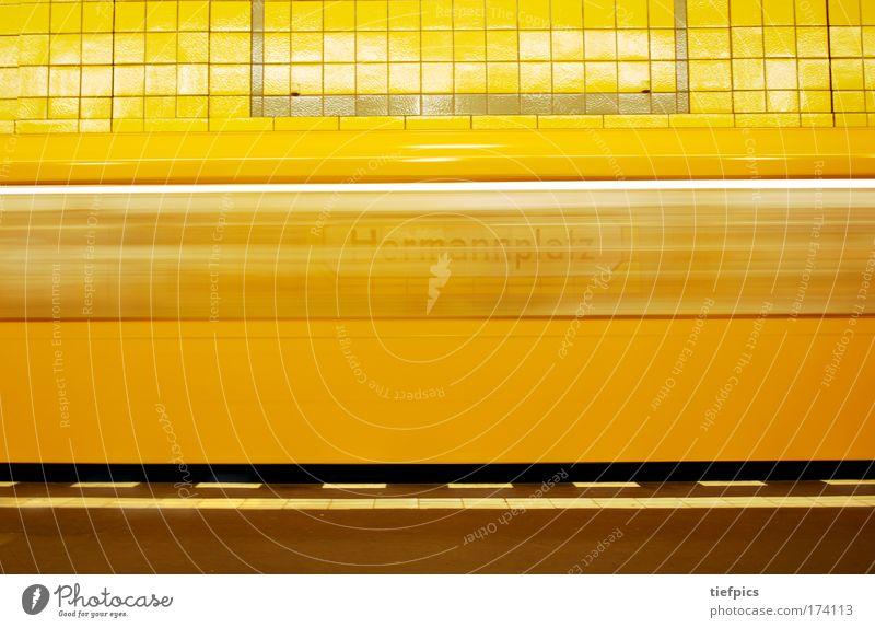 Hermannplatz Stadt Einsamkeit gelb Wand Mauer Schilder & Markierungen Verkehr ästhetisch Geschwindigkeit fahren Güterverkehr & Logistik U-Bahn Verkehrswege Mobilität Bahnhof Fernweh