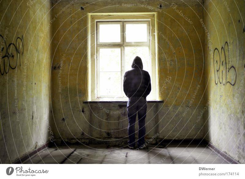 panic room III Mensch Jugendliche Erwachsene Tod Leben kalt Fenster Wand Graffiti Traurigkeit Mauer träumen Angst Mann maskulin verrückt