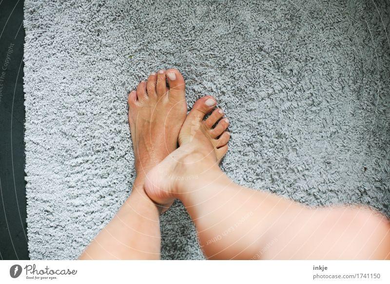 flauschig schön Körperpflege Pediküre feminin Frau Erwachsene Leben Beine Fuß Frauenfuß 1 Mensch Badematte Duschmatte Teppich Vorleger stehen kuschlig weich