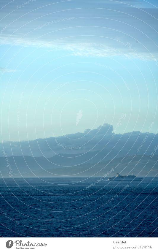 Passagierschiff im Morgenlicht Gedeckte Farben Außenaufnahme Menschenleer Textfreiraum oben Textfreiraum unten Tag Licht Sonnenlicht Totale Freude