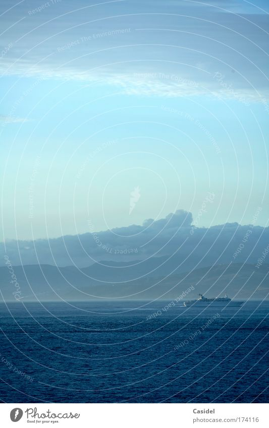 Passagierschiff im Morgenlicht Wasser Himmel Sonne Meer blau Sommer Freude Ferien & Urlaub & Reisen Wolken Ferne Erholung träumen Wasserfahrzeug Küste ästhetisch Tourismus