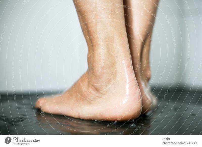 Ferse Körperpflege Pediküre Unter der Dusche (Aktivität) Leben Fuß 1 Mensch stehen nass natürlich Barfuß Rückansicht Farbfoto Innenaufnahme Nahaufnahme
