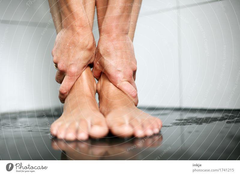 Knöchel Mensch Frau schön Hand Erholung ruhig Erwachsene Leben natürlich Gesundheit Fuß stehen nass berühren Sauberkeit Wohlgefühl