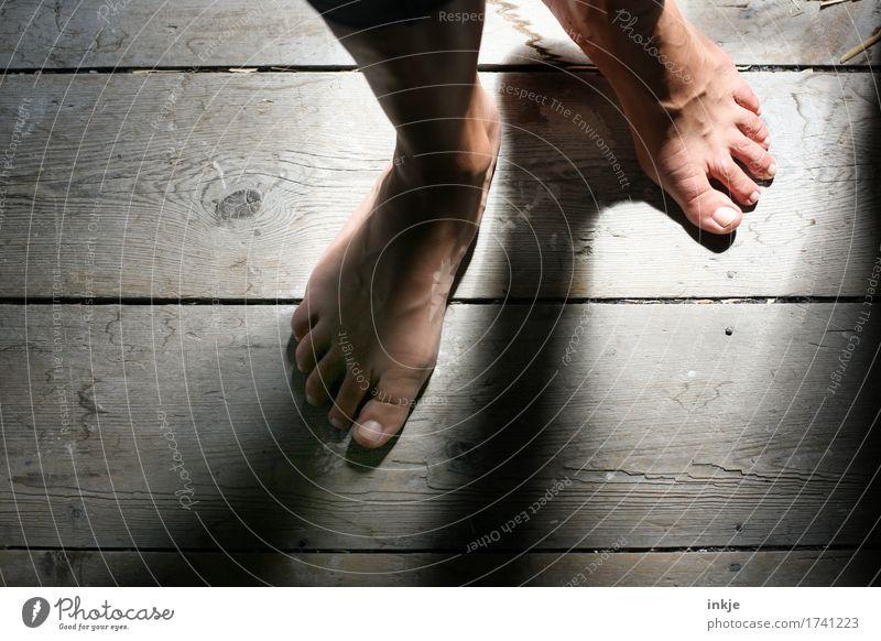 Holzdielen Sinnesorgane Holzfußboden Dielenboden Frau Erwachsene Leben Fuß Frauenfuß 1 Mensch gehen stehen ästhetisch dunkel Gefühle Stimmung Neugier Barfuß