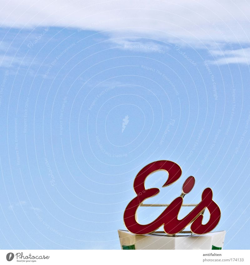 Eis Himmel blau rot Sommer Freude Wolken Ernährung Wärme Metall Speiseeis Schriftzeichen Werbung Zeichen Kunststoff Jahrmarkt