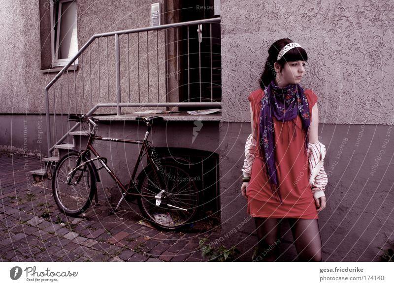 Vielleicht ist es mein Schicksal Mensch Jugendliche Erwachsene Einsamkeit feminin Straße Wand Gefühle Haare & Frisuren Traurigkeit Mauer Fassade Treppe Stoff Kultur Kleid