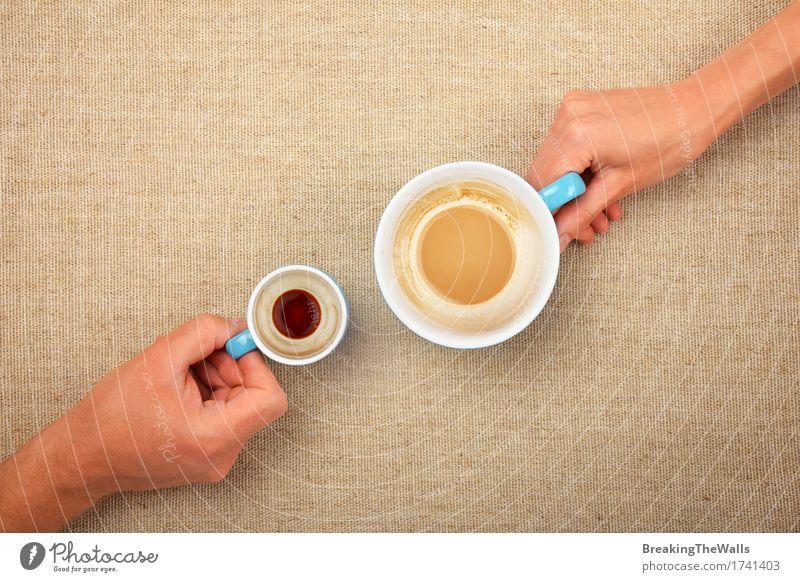 Zwei Hände, die leeren Kaffee cupsof Espresso Latte Cappuccino halten Frau Mann weiß Hand Erwachsene klein Zusammensein Aussicht Getränk festhalten heiß Top