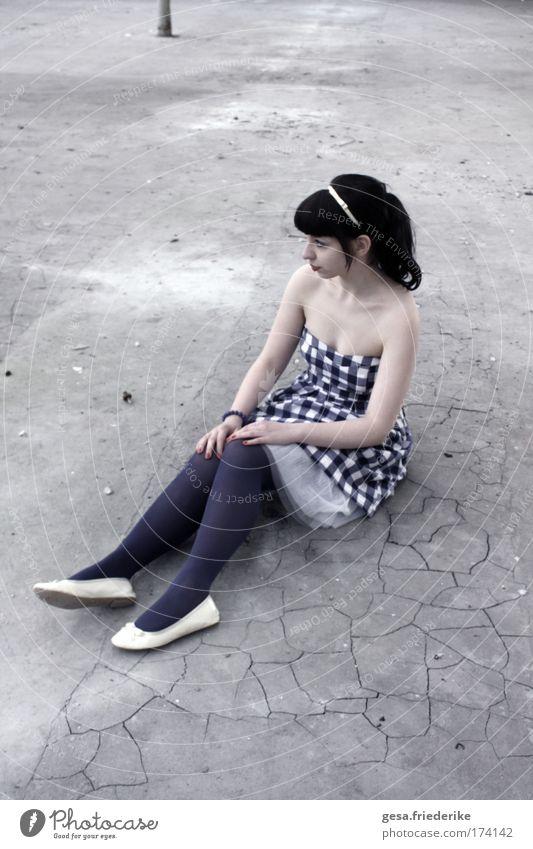 Somos dois abismos - um poço fitando o Céu. Jugendliche feminin Gefühle Traurigkeit Erwachsene ästhetisch Kleid Sehnsucht Schmerz Reichtum Lust