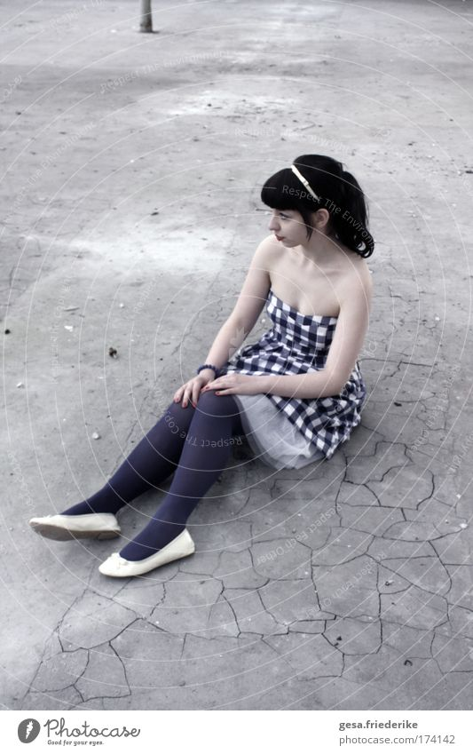 Somos dois abismos - um poço fitando o Céu. Jugendliche feminin Gefühle Traurigkeit Erwachsene ästhetisch Kleid Sehnsucht Schmerz Reichtum Lust Gesellschaft (Soziologie) Haare & Frisuren klug Pony