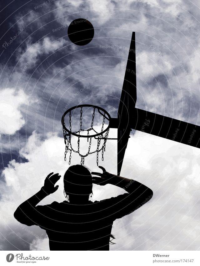 Basketball Mensch Jugendliche Himmel weiß blau Freude Wolken Sport Spielen Kopf Arme Erfolg Ball Freizeit & Hobby Fitness fangen