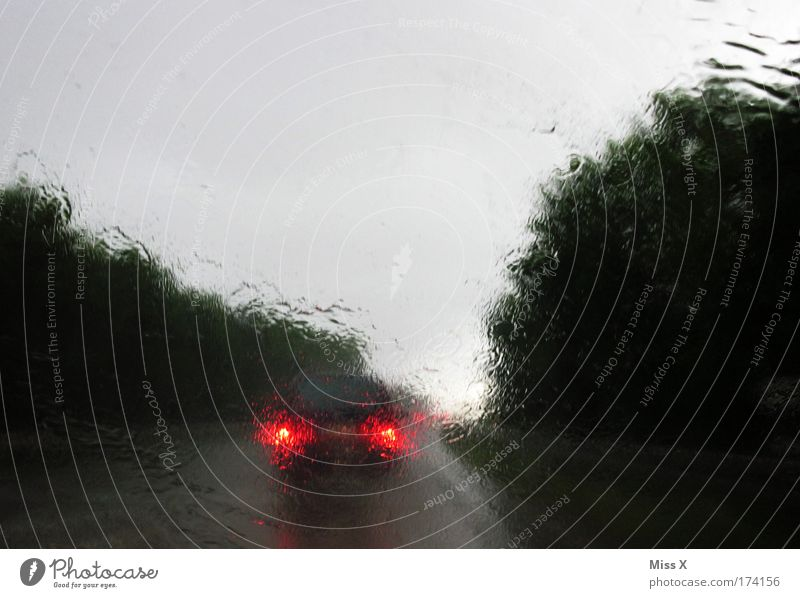 Wann wirds mal wieder richtig Sommer? Straße Regen Angst Wassertropfen nass Verkehr Sicherheit gefährlich trist Klima Sturm Autobahn Gewitter Unwetter