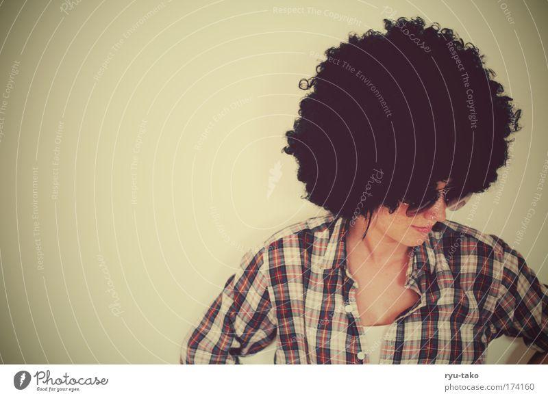 Mrs.K. whoever else? Farbfoto Innenaufnahme Textfreiraum links Oberkörper Wegsehen feminin Frau Erwachsene Kopf Haare & Frisuren 1 Mensch 18-30 Jahre