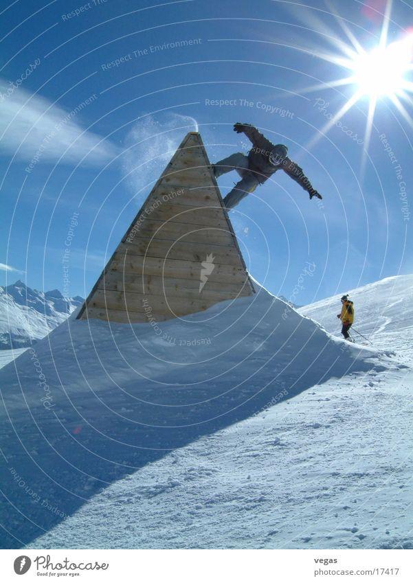 düse II Snowboard Sölden steil Sport Schnee Funpark Sonnenstrahlen Gegenlicht Barriere Trick Schatten Freestyle oben aufwärts abwärts Pyramide Dreieck