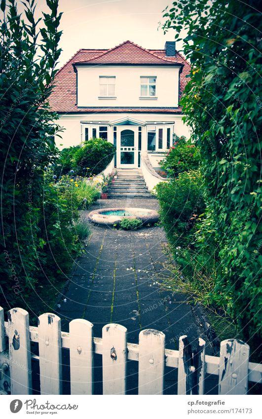 Haus am See alt Einsamkeit Fenster Wand Garten Mauer träumen Fassade außergewöhnlich Häusliches Leben Dach retro trashig Surrealismus Endzeitstimmung