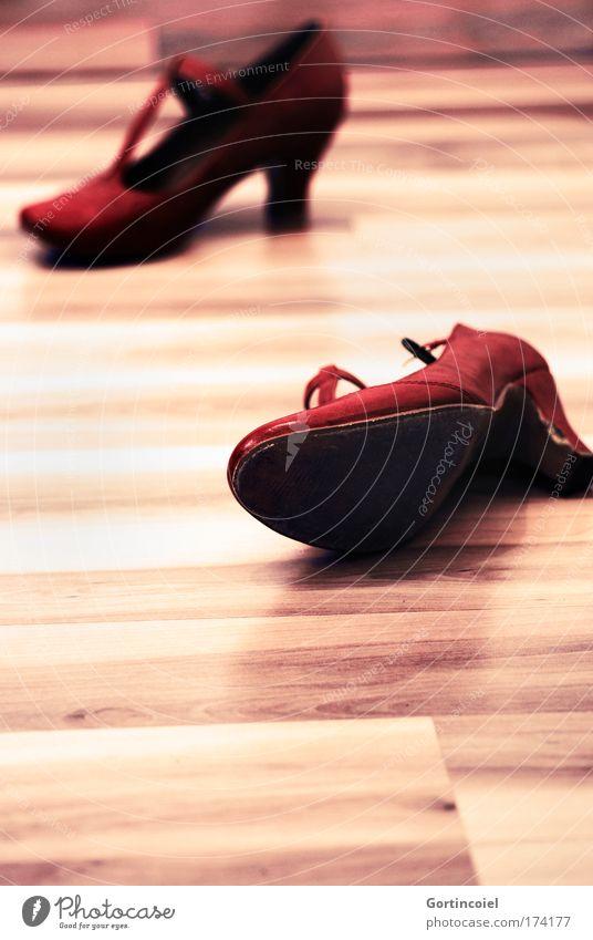 Feierabend elegant Stil feminin Mode Leder Schuhe Damenschuhe Schuhabsatz trendy rot Holzfußboden Tanzschuhe Licht Parkett Farbfoto mehrfarbig Innenaufnahme