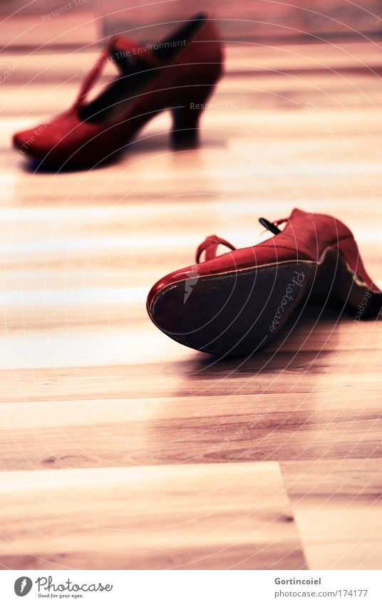 Feierabend rot feminin Stil Mode Schuhe elegant trendy Leder Holzfußboden Parkett Damenschuhe Schuhabsatz Tanzschuhe