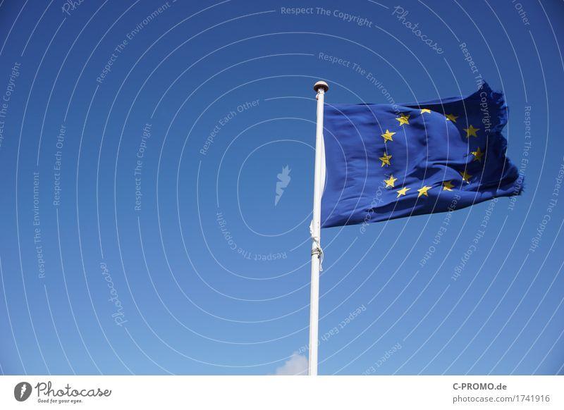 Europa lädiert Himmel Wolkenloser Himmel Fahne Unendlichkeit blau Einigkeit Europafahne Europa Parlament Schaden ausgefranst Stern (Symbol) Farbfoto