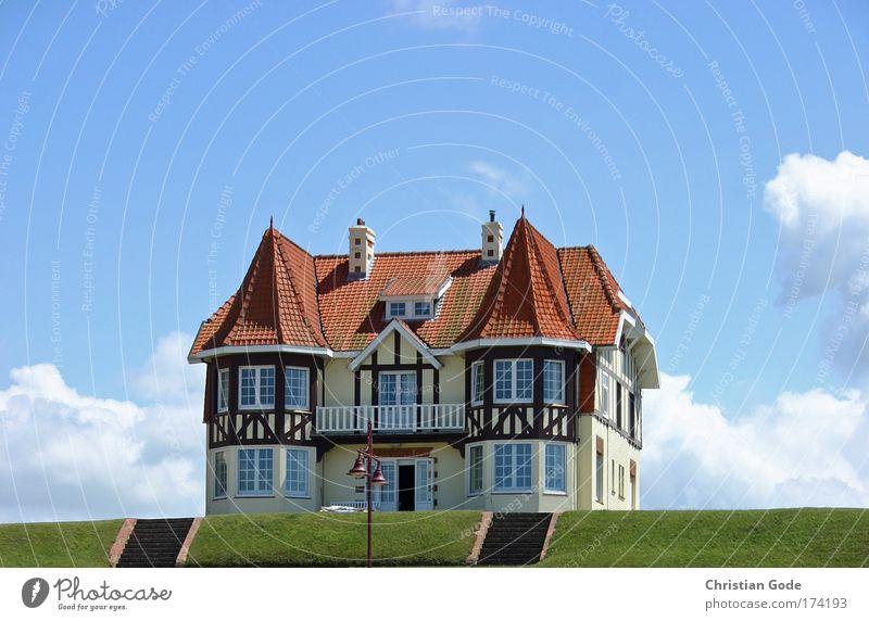 Haus am Meer Himmel Sonne grün blau rot Strand Ferien & Urlaub & Reisen Haus Wolken Einsamkeit Wiese Fenster Küste Architektur elegant Rasen