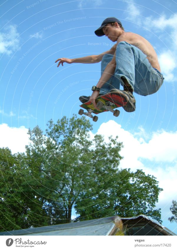 guy in the sky Himmel springen fliegen Skateboarding Rampe Extremsport