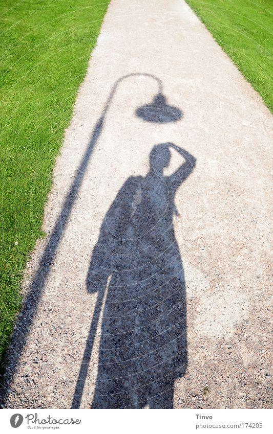 Hut ab! Farbfoto Außenaufnahme Tag Licht Schatten Kontrast Silhouette 1 Mensch grün Unsinn Freude lustig Laterne Rasen Sandweg Bürgersteig Park Spaziergang