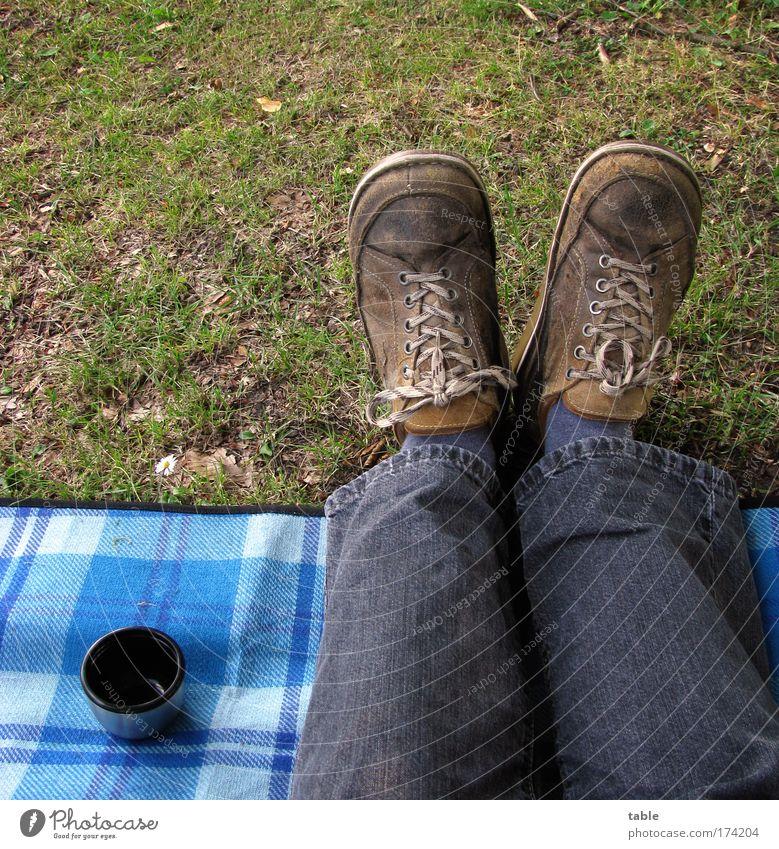 Picknick Farbfoto Ernährung Getränk Heißgetränk Kaffee Becher Lifestyle Freude Freizeit & Hobby Ausflug Mann Erwachsene Beine Fuß Gras Wiese Jeanshose Schuhe