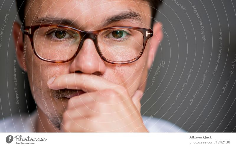 Close Portrait 1 maskulin Junger Mann Jugendliche Erwachsene Gesicht Mensch 30-45 Jahre Brille brünett Oberlippenbart Neugier Interesse Überraschung
