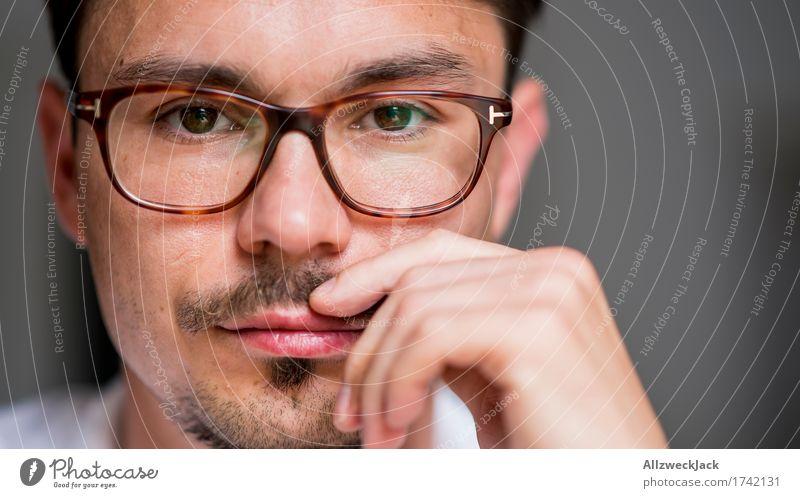 Close Portrait 2 maskulin Junger Mann Jugendliche Erwachsene Gesicht 1 Mensch 30-45 Jahre Brille brünett Oberlippenbart Erholung Kontrolle Konzentration ruhig