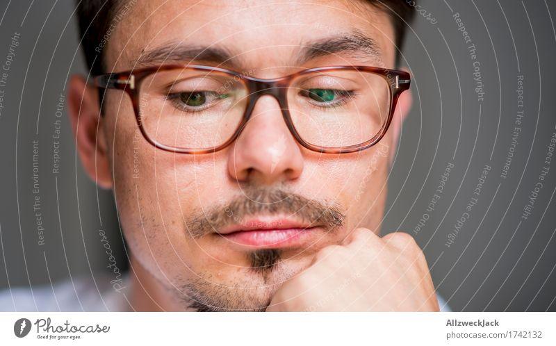 Close Portrait 3 maskulin Junger Mann Jugendliche Erwachsene Gesicht 1 Mensch 30-45 Jahre Brille brünett Oberlippenbart geduldig ruhig Langeweile Einsamkeit