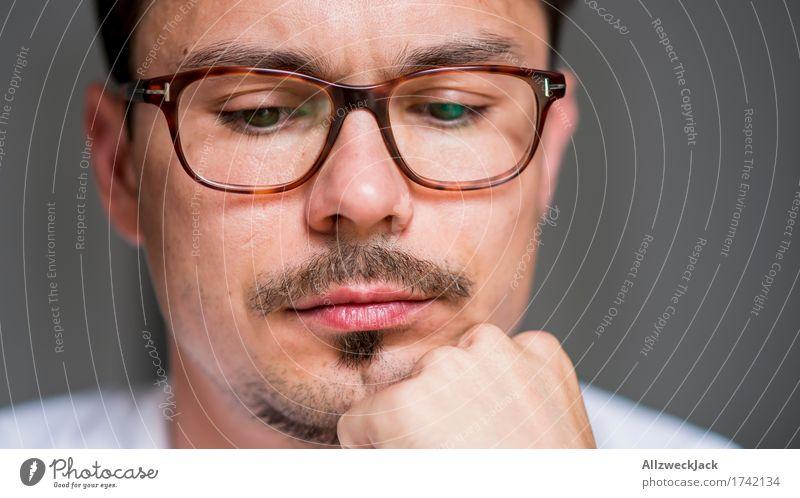 Nachdenklich Mensch maskulin Junger Mann Jugendliche Erwachsene Gesicht 1 18-30 Jahre 30-45 Jahre Brille brünett Oberlippenbart geduldig ruhig Langeweile