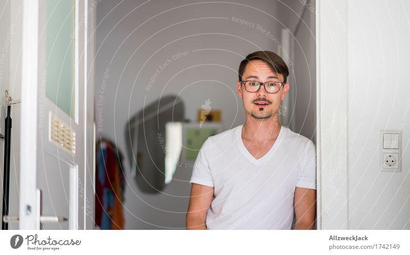 Kitchen Portrait 2 maskulin Junger Mann Jugendliche Erwachsene 1 Mensch 30-45 Jahre Brille brünett Scheitel Oberlippenbart Vorfreude Neugier Interesse