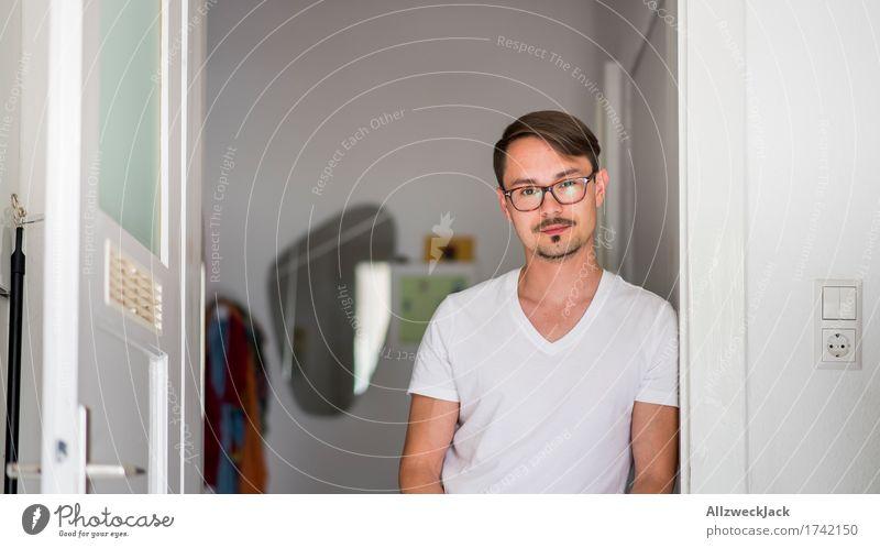 Kitchen Portrait 3 maskulin Junger Mann Jugendliche Erwachsene 1 Mensch 18-30 Jahre 30-45 Jahre Brille kurzhaarig Scheitel Langeweile Einsamkeit
