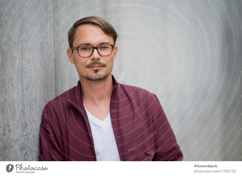 Portrait 1 maskulin Junger Mann Jugendliche Erwachsene Mensch 18-30 Jahre 30-45 Jahre Jacke Brille brünett Scheitel Oberlippenbart Freundlichkeit trendy modern
