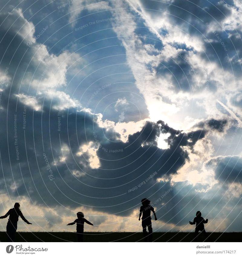 Energie Farbfoto Außenaufnahme Morgen Kontrast Sonnenstrahlen Gegenlicht Froschperspektive Jugendliche 4 Mensch 8-13 Jahre Kind Kindheit 13-18 Jahre Luft Himmel
