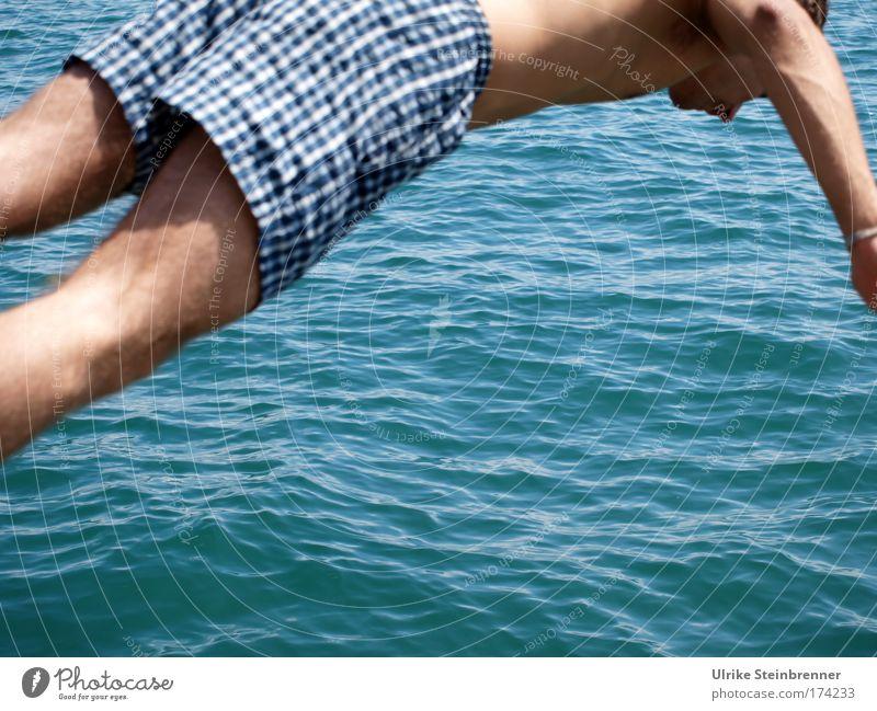 Den Bogen raus Mensch Natur Jugendliche blau Wasser Sommer Freude Erwachsene Erholung springen Wellen Schwimmen & Baden elegant maskulin 18-30 Jahre Urelemente