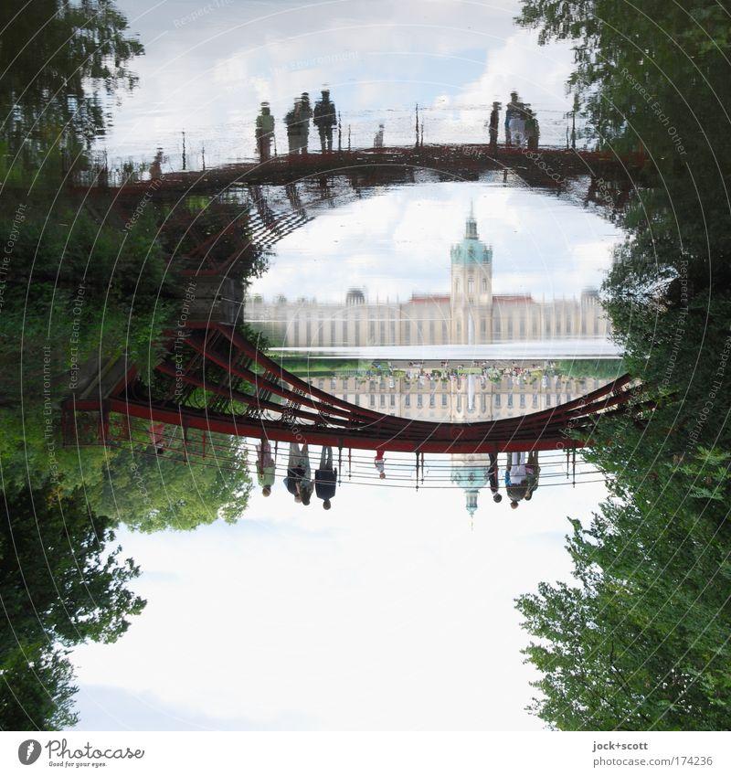 Karpfenteich im Schlosspark Sightseeing Menschengruppe Weltkulturerbe Himmel Sommer Baum Park Teich Charlottenburg Brücke Sehenswürdigkeit Erholung Bekanntheit