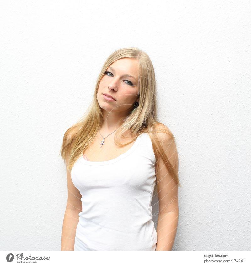 BLOND ON WHITE Frau feminin blond schön Beautyfotografie weiß Trägershirt T-Shirt Fragen Porträt Freisteller Textfreiraum oben Fashion Mode lang