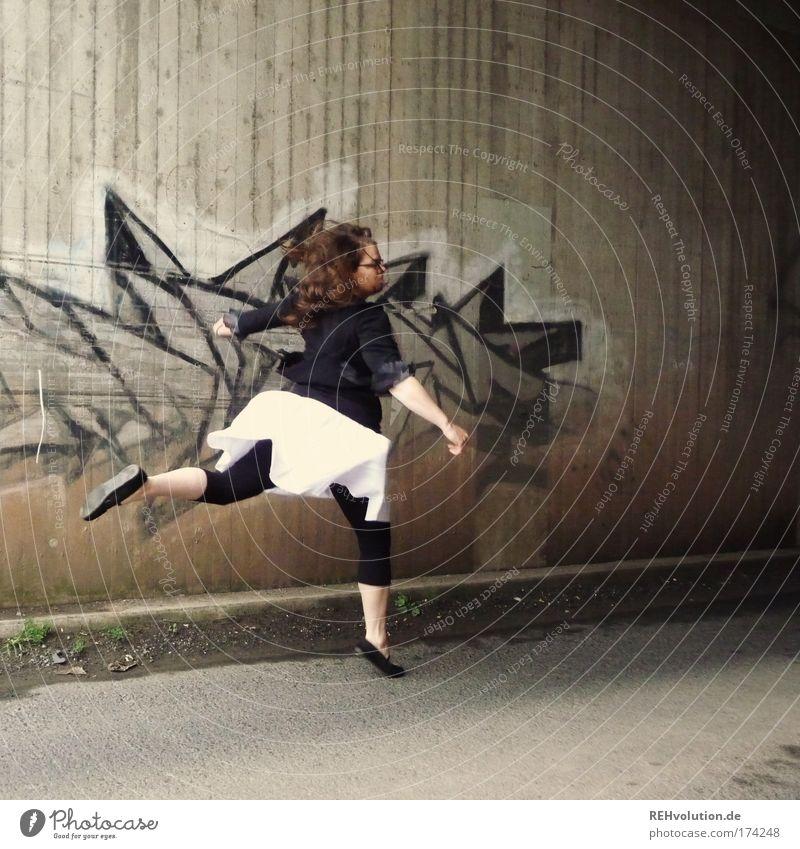 14:30. Morgen. Zieh Leggins an. Mensch Jugendliche Stadt Freude Einsamkeit Erwachsene Straße feminin Wand Bewegung springen Mauer träumen Kunst Kraft Tanzen