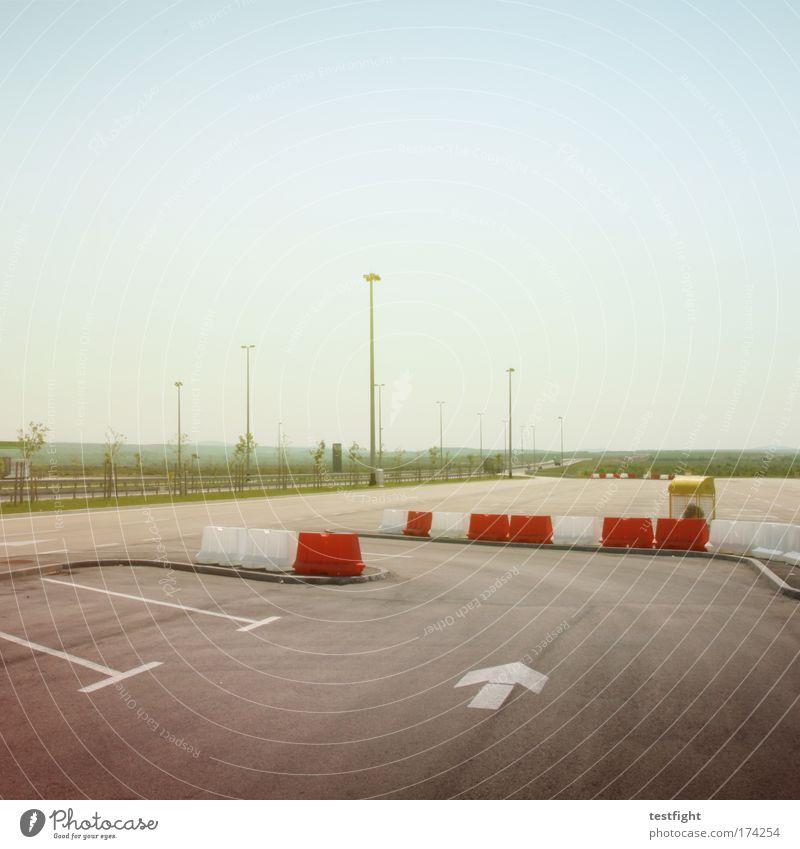 parkplatz ruhig Einsamkeit Erholung Wege & Pfade Beleuchtung Straßenverkehr Güterverkehr & Logistik beobachten Pfeil Autobahn Gelassenheit Verkehrswege Begrenzung
