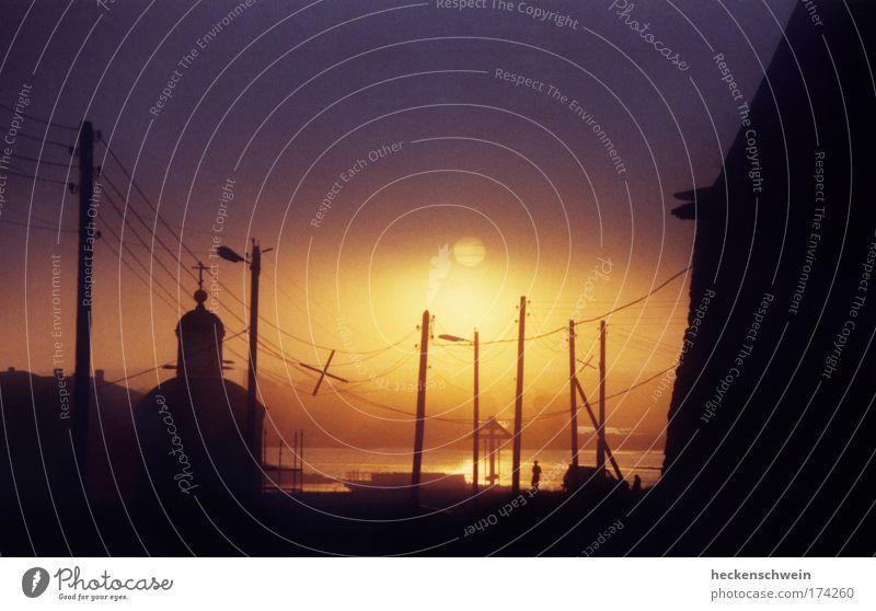 Erleuchtung garantiert Himmel Wasser Meer ruhig Einsamkeit Ferne Straße Landschaft Architektur Küste Religion & Glaube Traurigkeit Elektrizität Kirche Turm Bauwerk