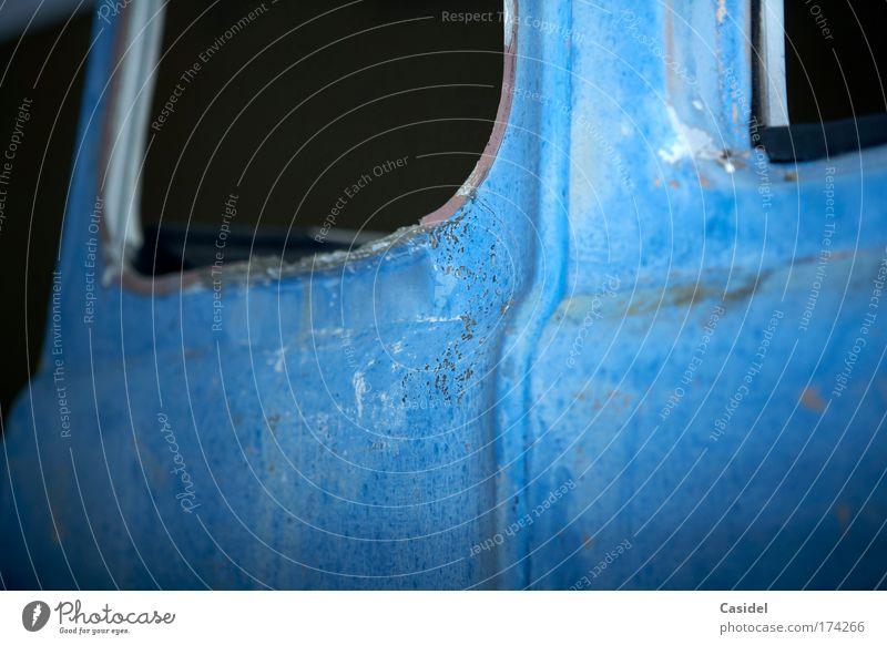 das blaue Wrack Farbfoto Außenaufnahme Menschenleer Textfreiraum links Textfreiraum unten Nacht Blitzlichtaufnahme Schwache Tiefenschärfe schrottreif