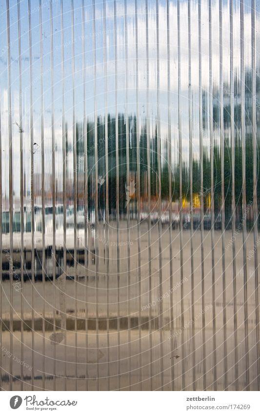 Durchsicht Glas Riffelglas durchsichtig transparenz transparent Platz Parkplatz Abstellplatz windfang Fenster PKW Baum Himmel Wolken abstraktion unklar