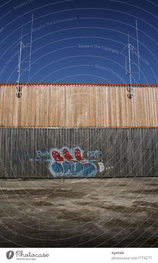 Sendungsbewusstsein Himmel blau Stadt Wand Holz Mauer Gebäude Graffiti braun Kunst Design Beton Fassade Ordnung Platz Technik & Technologie